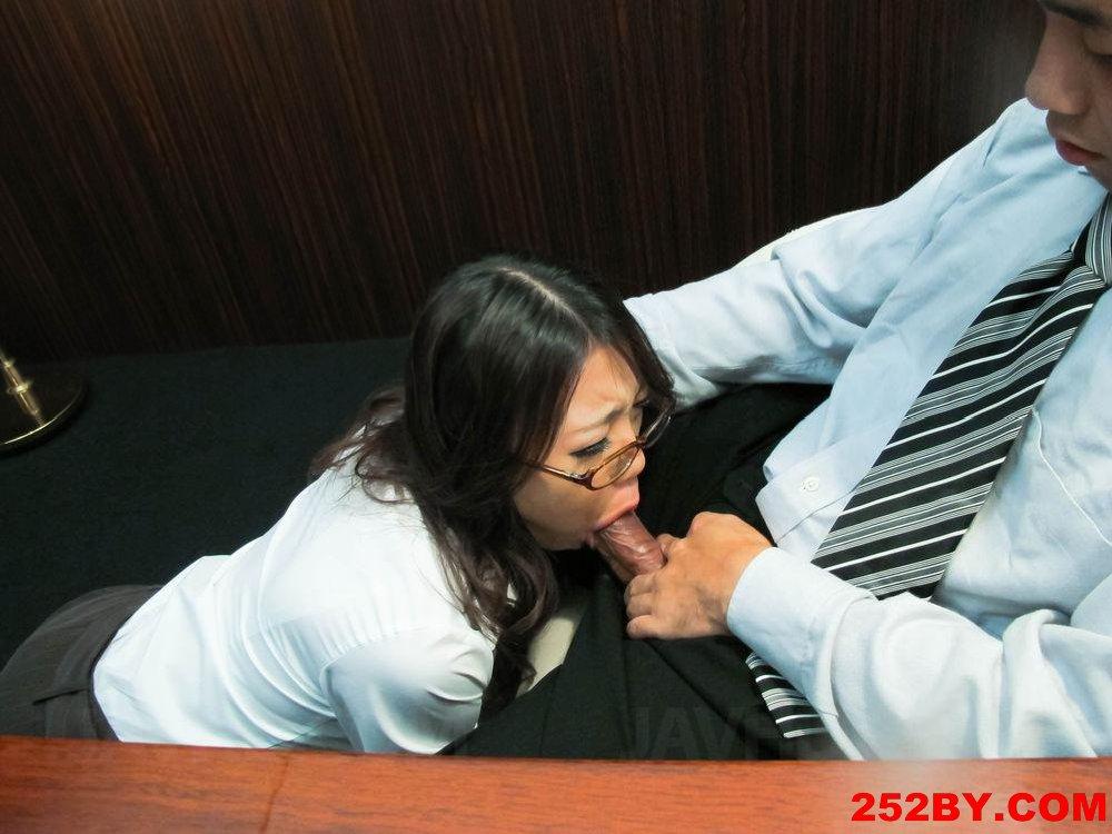 女文员趴在老板办公桌下口交,被喷了一脸精液!