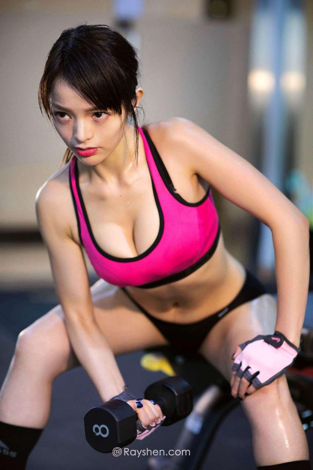 健身房里的大胸美女