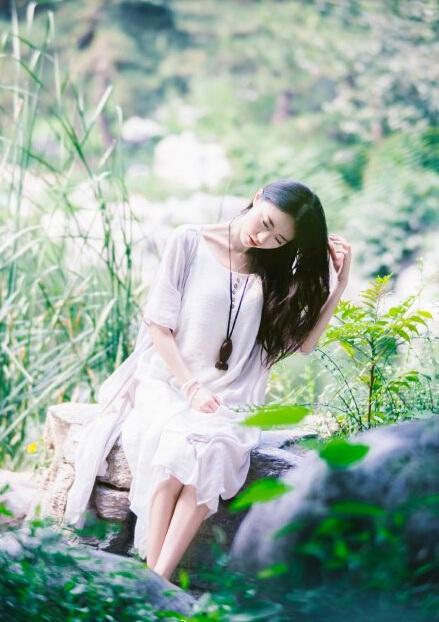 清纯美女一袭轻薄柔纱竹林写真