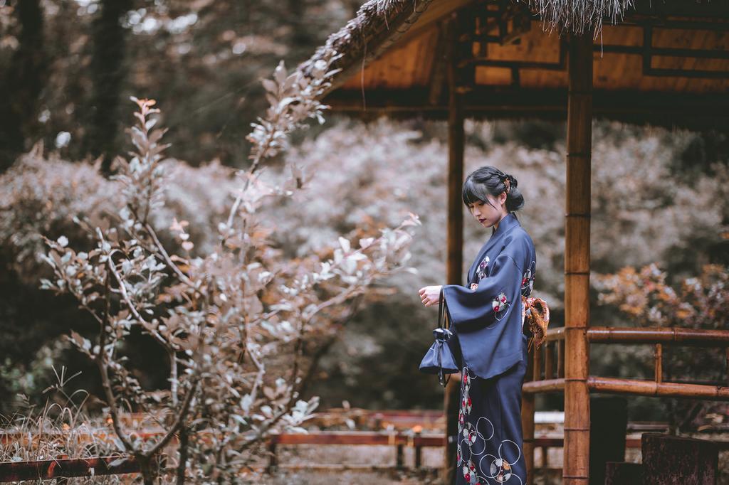 日式和服美女复古红唇皮肤白皙苗条身材户外写真
