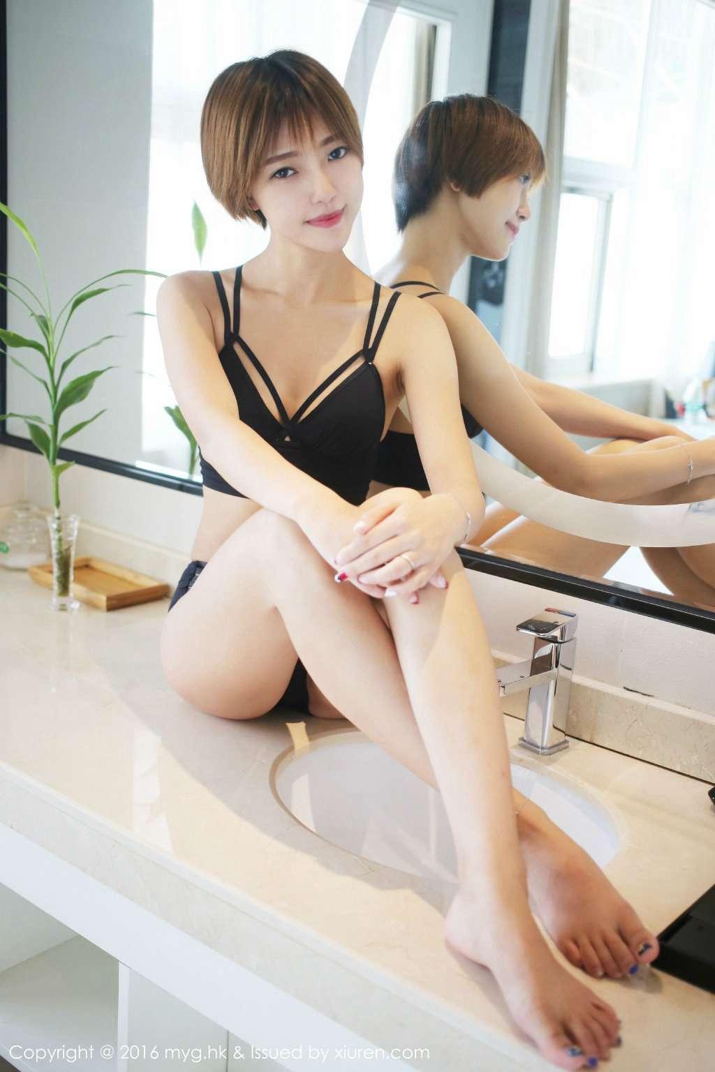 短发内衣美女洗手池台上玩性感