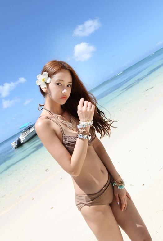 美胸美女海边写真