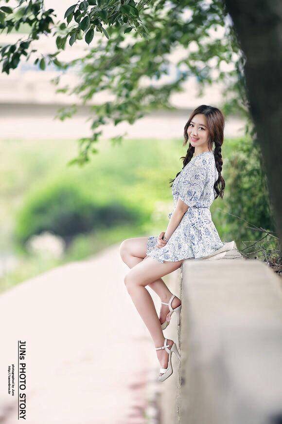 90后美女青花瓷蓝裙户外写真